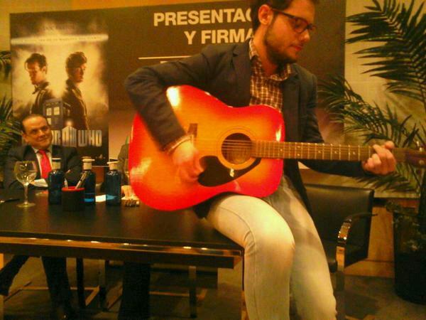 Javi Luna y su guitarra, una compañía increíble